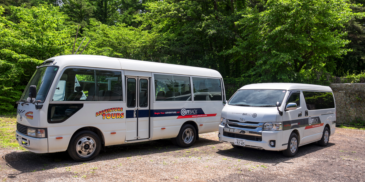 ツアーバンとバス